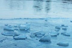 Zamarznięta jezioro powierzchnia z kawałami błękita lód zdjęcia royalty free