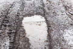 Zamarznięta kałuża na naturze w zimie obraz stock