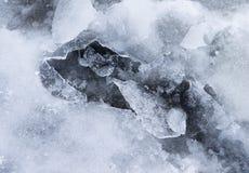 Zamarznięta kałuża z łamanym lodem fotografia stock