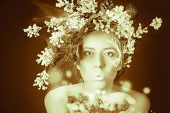 Zamarznięta kobieta z drzewną fryzurą i makeup przy bożymi narodzeniami, zima Obraz Royalty Free