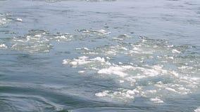 Zamarznięta lodowa rzeka topi w wiośnie z lodowy płatków płynąć Krakingowy lodowy unosić się na rzece w wiosna czasie globalne oc zbiory wideo
