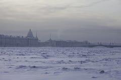Zamarznięta Neva rzeka w St Petersburg, Rosja, zima, mrozowy dzień zdjęcie stock