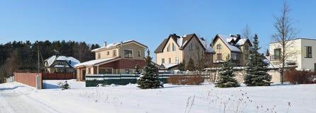 Zamarznięta północna nowożytna Pilaite wioska blisko Litewskiego kapitału Zdjęcia Stock