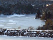 Zamarznięta rzeka, jezioro, staw Zima w górach Mały dom w górach w zimie Prognoza pogody fotografia stock