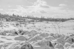 Zamarznięta rzeka w zimie na słonecznym dniu, czarny i biały Zdjęcia Royalty Free