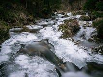 Zamarznięta rzeka z pięknym lodem obraz stock