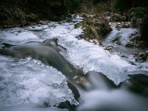 Zamarznięta rzeka z pięknym lodem zdjęcie stock