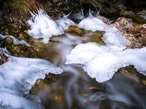 Zamarznięta rzeka z pięknym pokojem lód zdjęcia stock