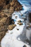 Zamarznięta rzeka z skałami zdjęcia royalty free