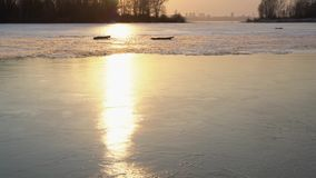 Zamarznięta rzeka z stapianie lodem i miasto przy tłem zbiory