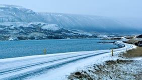 Zamarznięta wijąca droga oceanów brzeg w Iceland zdjęcie royalty free