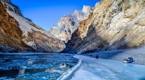 Zamarznięta Zanskar rzeka, góry podczas Chadar wędrówki i obrazy stock