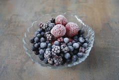Zamarznięte jagody w szklanej filiżance Obrazy Stock