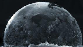 Zamarznięty bąbel z latającymi płatkami śniegu, zima wakacji tło, zbiory