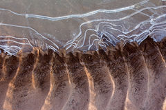 Zamarznięty i lodowaty rzeczny dno w świetle słonecznym Obrazy Stock