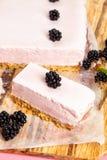 Zamarznięty jeżynowy cheesecake Obrazy Royalty Free