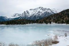 Zamarznięty jeziorny Lautersee blisko Mittenwald z śnieżnymi górami Obrazy Royalty Free