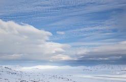 Zamarznięty jeziorny Vinstre i szeroki śnieg zakrywaliśmy lansdcape Zdjęcia Stock