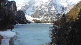 Zamarznięty Jezioro Lago Di Braies otaczający lasem i górami - dolomity, Włochy zbiory
