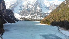 Zamarznięty Jezioro Lago Di Braies otaczający lasowymi i śnieżnymi górami - dolomity, Włochy zdjęcie wideo