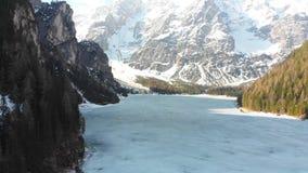 Zamarznięty Jezioro Lago Di Braies otaczający lasowymi i skalistymi górami - dolomity, Włochy zbiory wideo