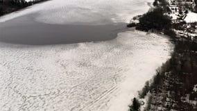 Zamarznięty jezioro z lodową odwilżą zbiory