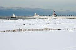 Zamarznięty latarnia morska krajobraz na jezioro michigan zdjęcia royalty free