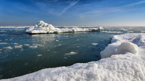 Zamarznięty lodowy oceanu wybrzeże - biegunowa zima Fotografia Royalty Free