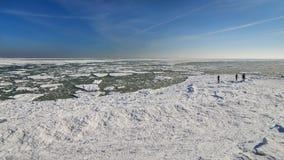 Zamarznięty lodowy oceanu wybrzeże - samotnego mężczyzna biegunowa zima Fotografia Stock