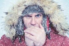 Zamarznięty mężczyzna w zimy nagrzania odzieżowych rękach, zimno, śnieg, miecielica fotografia royalty free