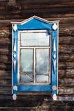 zamarznięty okno w starym drewnianym wiejskim domu w zimie obraz royalty free