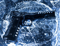 Zamarznięty pistolet w lodzie zdjęcia stock