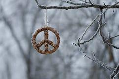 Zamarznięty pokoju znak Wiesza Samotnie w zima lesie fotografia royalty free