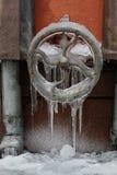 Zamarznięty rudder mechanizm, wodny klepnięcie lodowata powierzchnia z soplami Subfreezing zimy pogody pojęcie zdjęcia stock
