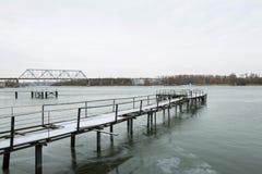 Zamarznięty stary molo przy rzeki stroną obrazy royalty free