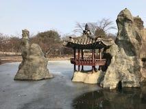 Zamarznięty staw z małym Koreańskim pawilonem fotografia royalty free