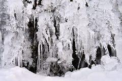 Zamarznięty strumień Piękny zimy natury tło Mróz, lód i śnieg w zimie, zdjęcia stock
