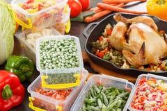 Zamarznięty veggies odżywianie i piec kurczaka jedzenie zdjęcie royalty free