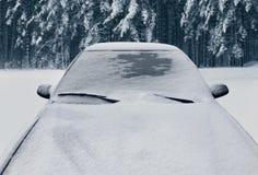 Zamarznięty zima samochód zakrywał śnieg, widoku frontowego okno przednia szyba fotografia stock