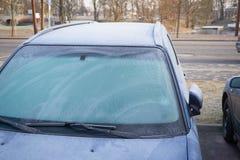Zamarznięci samochodowi okno, wczesny poranek na miasto ulicach Obraz Royalty Free
