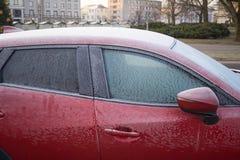 Zamarznięci samochodowi okno, wczesny poranek na miasto ulicach Obrazy Stock