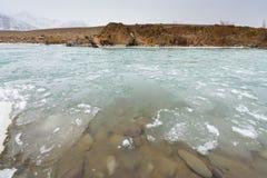 Zamarznięta jeziorna góra Zdjęcia Royalty Free