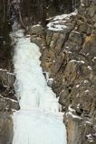 Zamarznięta siklawa w zima czasie w górach fotografia stock