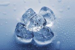 Zamarznięte wielkie kostki lodu w kropelkach woda Zdjęcia Royalty Free