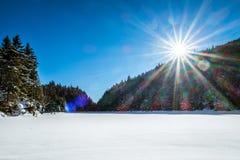 Zamarznięty jezioro i las góra Sutton w Quebec Zdjęcia Stock