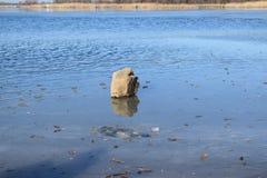Zamarznięty jezioro w zimie przy zmierzchem obraz stock