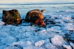 Zamarznięty jezioro z kamieniami Obrazy Royalty Free