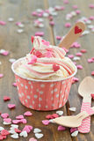Zamarznięty jogurt z cukrowymi sercami Zdjęcia Royalty Free