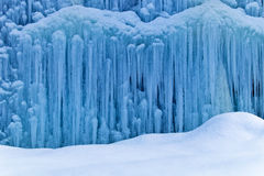 Zamarznięta siklawa w zimie Zdjęcia Stock