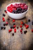 Zamarznięte jagody w talerzu na drewnianym tle Zdjęcie Royalty Free
